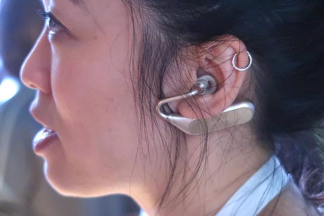 女性スタッフの装着イメージ。アクセサリー感覚で身につけられそうです。耳たぶが大きい方はちょっと大変かも!?