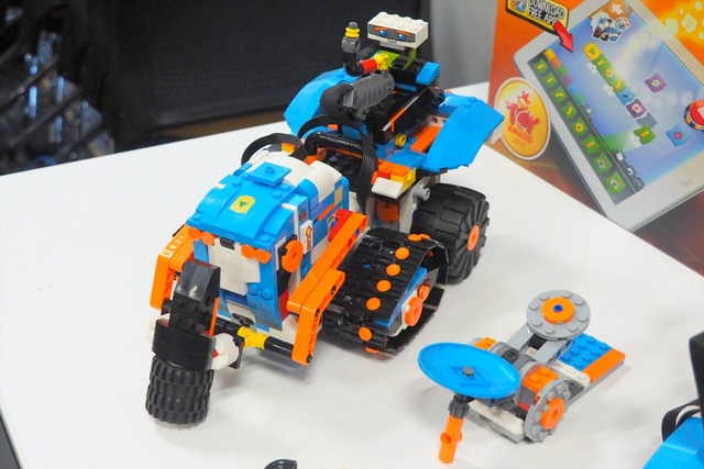 こちらはブースト車。プログラミングはもちろん、ラジコンのように自由に走らせることもできる