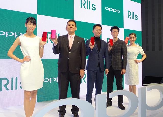 OPPO Japanの河野氏(中央左)、トウ氏(中央)、カメラマンの角田氏(中央右)