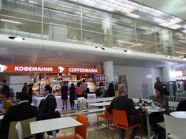 思った以上に明るく活況を呈していたシェレメーチェボ空港・ターミナルDのカフェスペースで試してみた