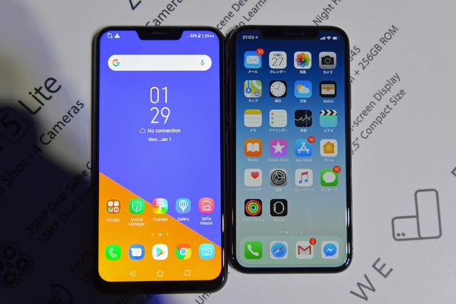 「iPhone X」と並べてみた。ディスプレイ下部の額縁は「ZenFone 5」の方がやや厚くなっている