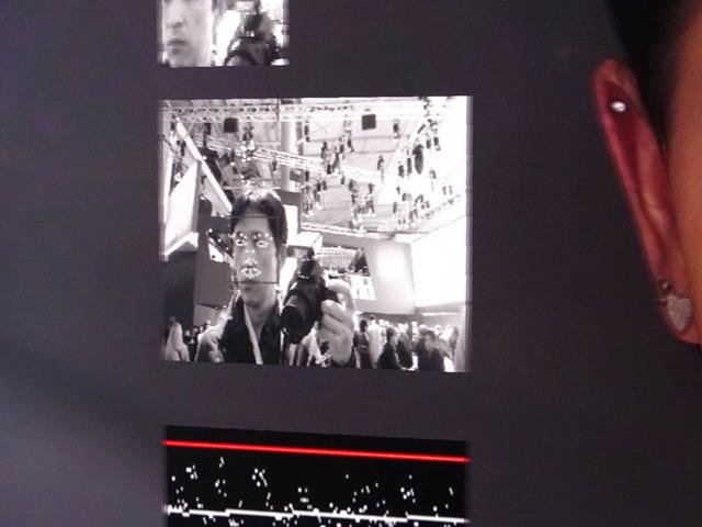 画面の前に立っている人の目や顔の形を認識してサラがジェスチャーを返してくれる