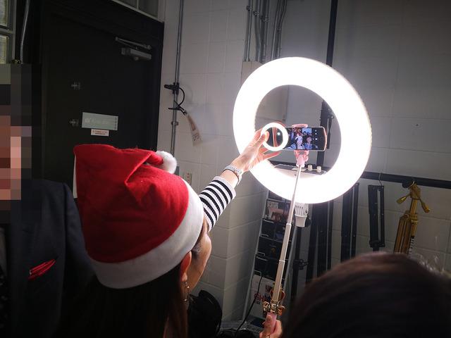 明るいので大勢いてもみんな明るく照らせます。ちなみに手に持っているのは携帯用のリングライト「セルカライト2」