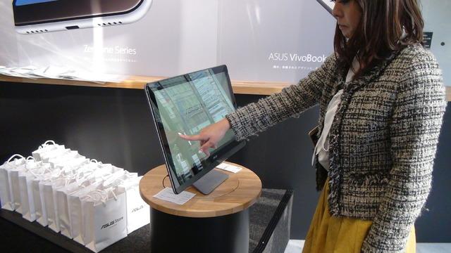入り口の近くのパソコンで登録情報を入力してプリント