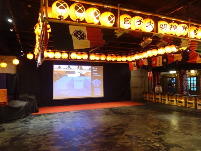 ゲームプレイのために広い空間が確保されている。奥のディスプレイには、実際のプレイヤーの視界が表示される