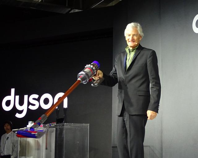 新製品発表会のため来日したジェームズ・ダイソン氏。「V10の登場を機に、ダイソンはもうコード付掃除機はつくらない」と壇上で明言した