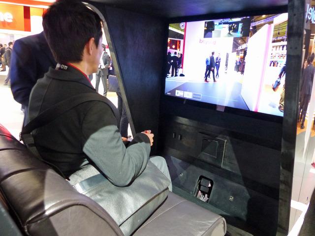 車内の4Kディスプレイに、超高感度イメージセンサーの映像を表示。自動運転が可能になれば、このディスプレイで映画鑑賞したり、ゲームを楽しむことも