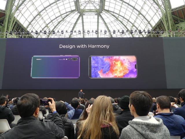 ノッチのある大画面ディスプレイとシンプルな背面。側面は角が落とされて手になじみます