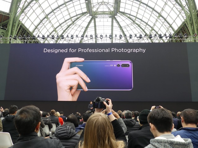 カメラを意識したデザインを採用。グラデーションが美しいこのカラーはTwilightと名付けられています