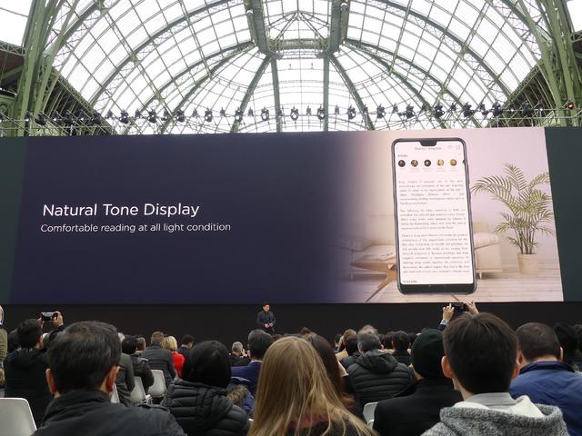 周囲の環境によって画面のトーンを変えて見やすくするNatural Tone Displayを採用しました