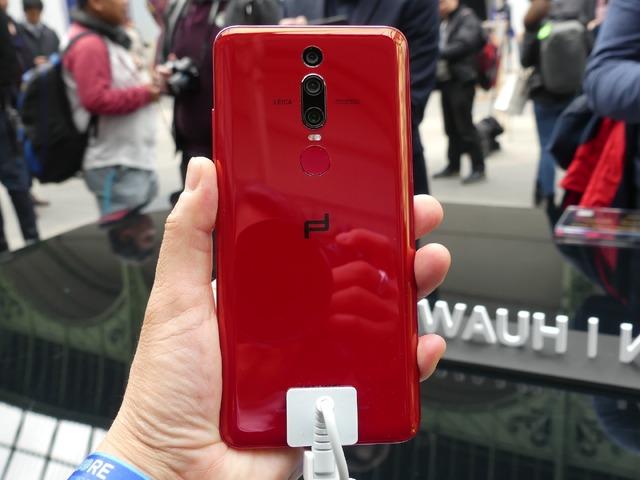 PORSCHE DESIGN HUAWEI Mate RS。曲面と真紅のカラーがきれいでした