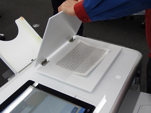凹凸をつけた直後に金属のプラッターに挟んで手動で冷却し、固化を促進して安定させる