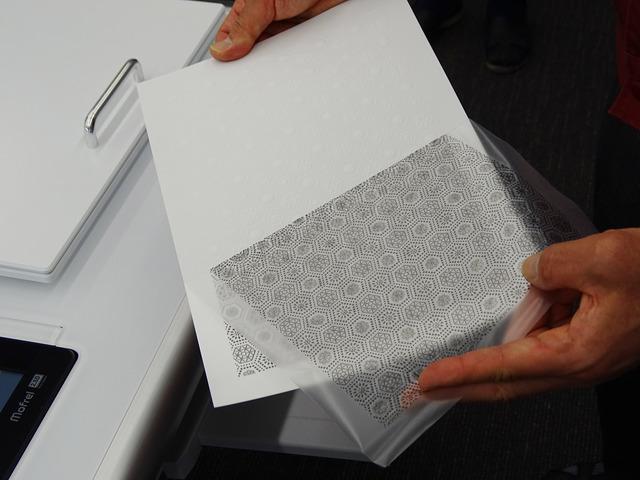 カラー印刷を阻害しないため、フィルムをはがしてカーボンインクを除去