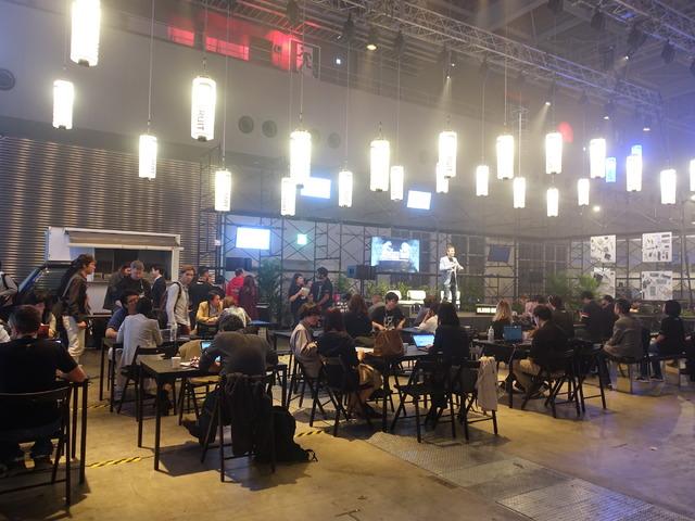 カフェスペースでは登壇者と来場者のマッチングも