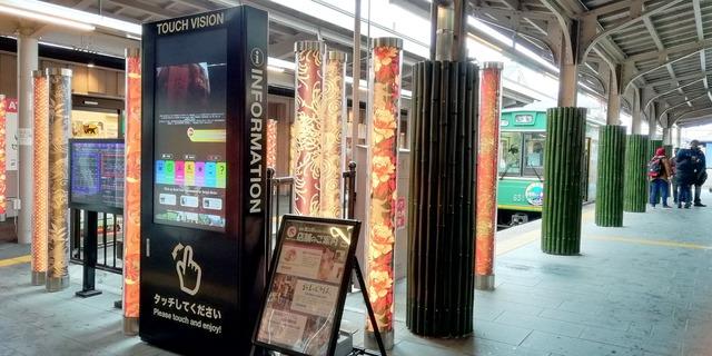 こちらは嵐山駅にある、もう1台のデジタルサイネージ。同機器は現在、この嵐山駅で2台、同じく京福電鉄嵐山線の西院駅で1台が稼働している