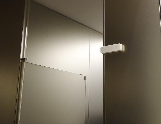 ドアに設置された開閉センサーが使用状況を知らせる