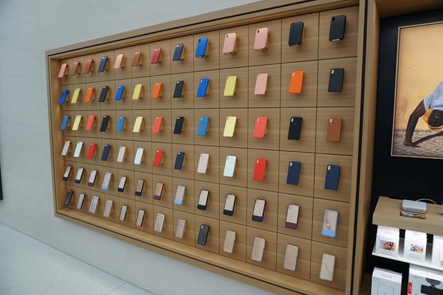 iPhoneやiPadの純正アクセサリーが壁面にずらりと並ぶ