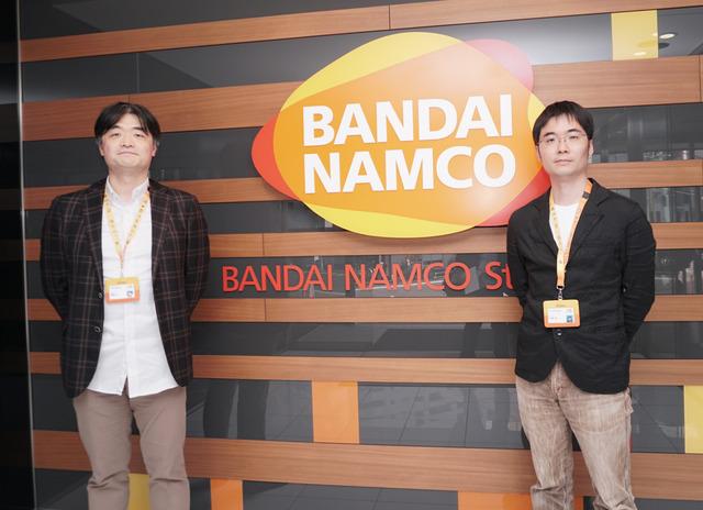 インタビューに答えていただいたバンダイナムコスタジオの齋藤淳氏(左)と佐藤悠氏(右)