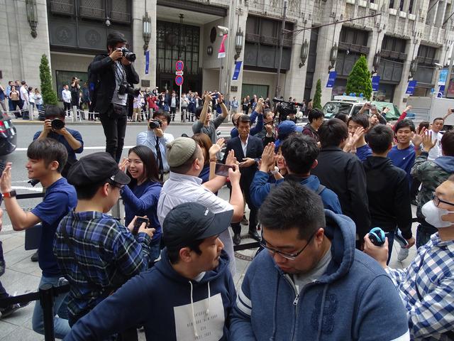 開店直前、ストアスタッフと行列に並ぶファンが賑やかにハイタッチであいさつを交わした