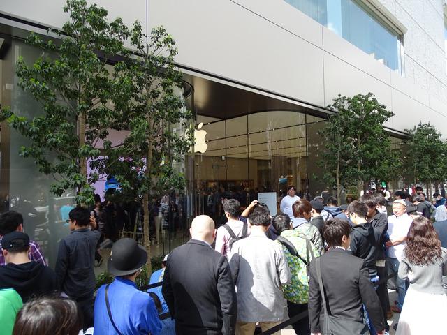 朝早く店の前に訪れてみると開店を待つファンの大行列ができていた