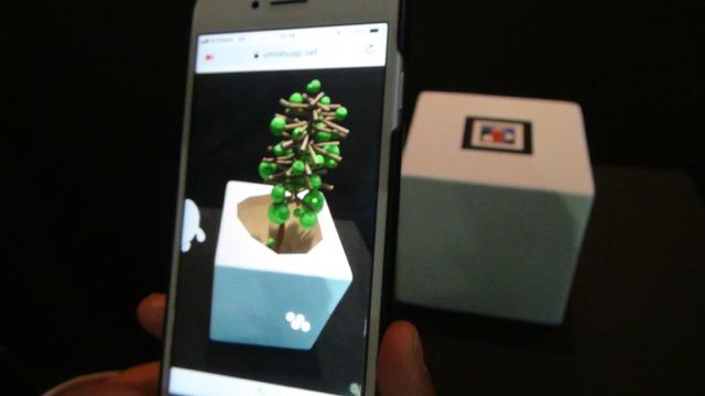 アプリのいらないAR。実用性は高そうだ。ARマーカーをカメラで捉えると、ブラウザ内にAR映像が表示される