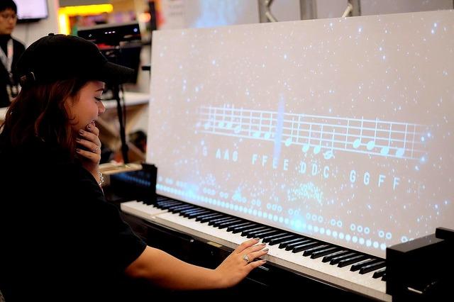 ピアノスクリーンでは、弾いた音によってグラフィックが変化する