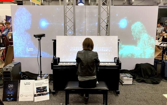 背面スクリーンではAIと演奏者のシルエットが共演する