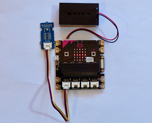 micro:bitに拡張ボードを組み合わせた例。正確な気温、湿度、気圧を測定できるセンサーを使って、天気予報センターを作った