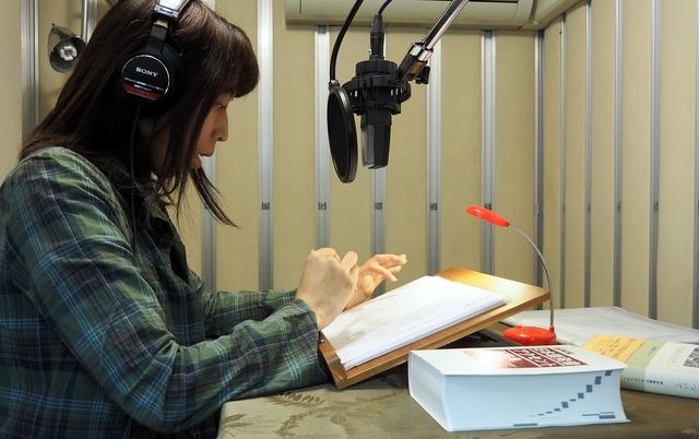 演者(ナレーター、声優)も、事前に作品を読み込み、ときに感情移入しながら準備して臨む