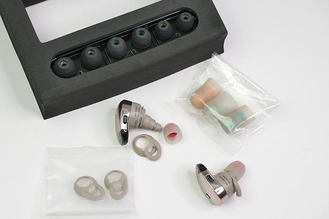 耳のサイズや聞こえ具合にあわせて交換できるパーツが、たくさん同梱されています