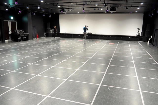 VRゴーグルを装着した状態で自由に歩き回れる20m×12mのアリーナ