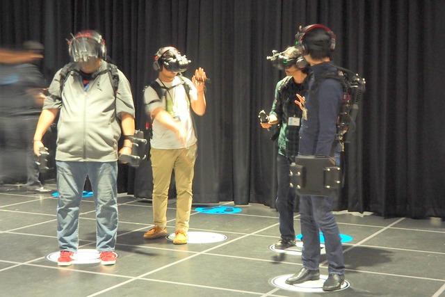 VR機材を装着して準備万端の様子。各プレイヤーは無線でつながっており、またインカムで会話もできる