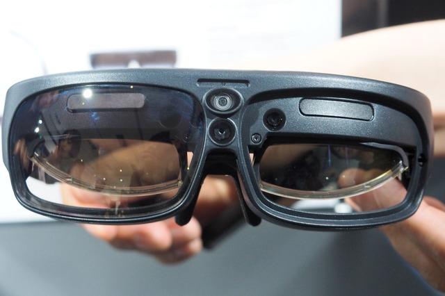 前面に4つのカメラを搭載する「R-9」。左右のカメラで物体との距離を計測する。上のカメラは自己位置推定に使用。下のカメラは撮影に用いられる