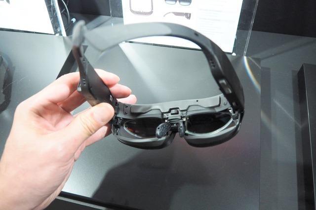 視野角は50度と広い。普段からメガネをかけている人のため、内側に度の付いたレンズを装着できる。左右のフレーム部分には700mAh×2のバッテリーを内蔵する