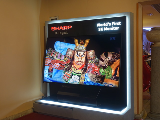 シャープはホテル内に8Kテレビを展示していた