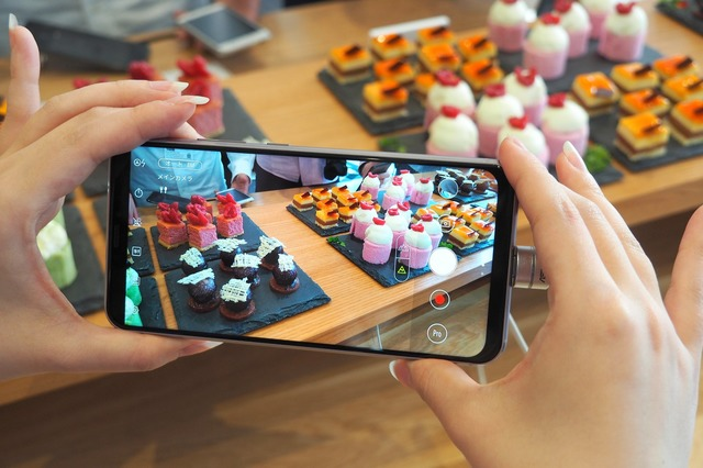 AIシーン分析では、16シーンの撮影モードが自動で選択される。ケーキにカメラを向けると「フード」モードになった