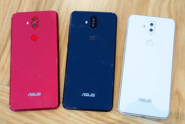 6型フルHD+液晶を備えたZenFone 5Q。カラバリはミッドナイトブラック、ムーンライトホワイト、ルージュレッドの3色で展開する