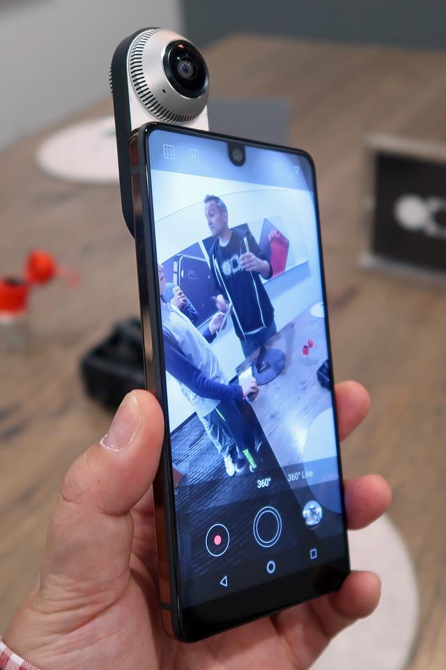 専用カメラアプリのUIもシンプルで使いやすい。なお360 Cameraは12MP、画角210°のフィッシュアイレンズを2つ搭載。スマホから給電するので充電の必要はありません