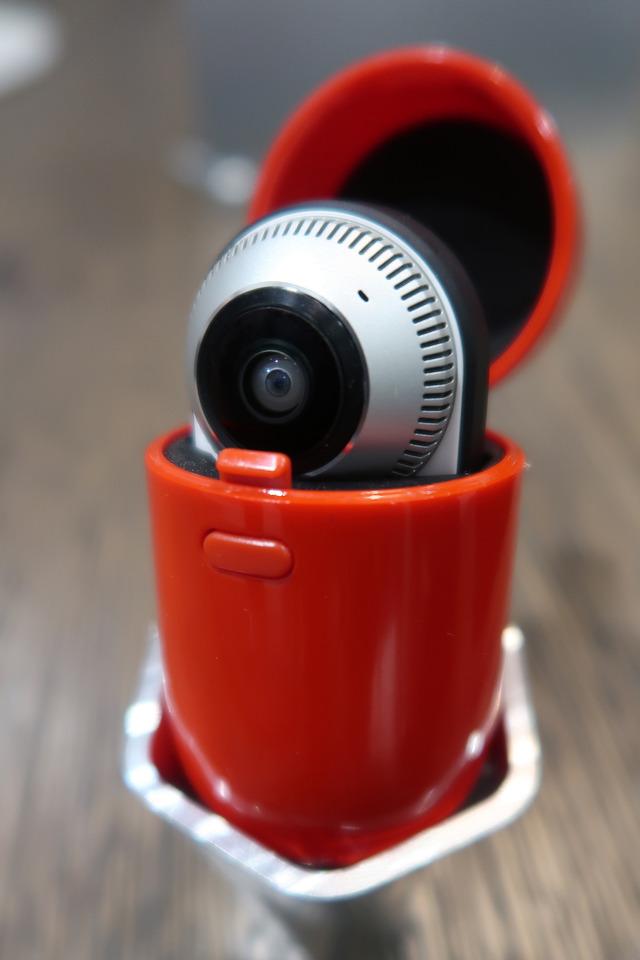 360 Camera専用のカプセルケースは本体とは別売。カラーはブラックとレッドが選べます