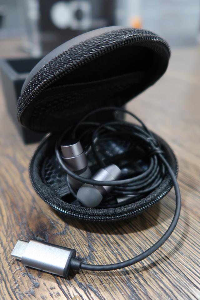 Essential Phoneにはヘッドフォンコネクタがありませんので、アクセサリーとして「Earphones|Mini」というUSB-typeCコネクタ用のヘッドフォンも販売されています