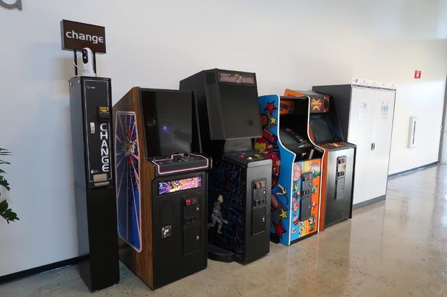 通路の一角にはゲームセンターのようなコーナーもありました。アイデアに煮詰まったときの気分転換に良さそうです