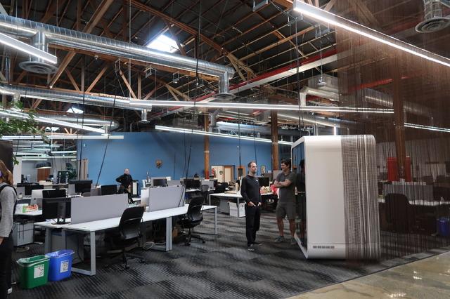 天井が高く、スタートアップごとの仕切りもない広いオフィス。カフェテリアや工作機械が並ぶ工場なども充実しています