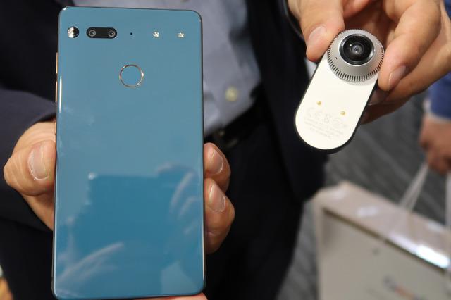 背面には13Mカラー+13Mモノクロのデュアルカメラと指紋リーダーを搭載。カメラの逆サイドにはアクセサリ電源ピンが2つあり、そこへ360度カメラをくっつけることができます