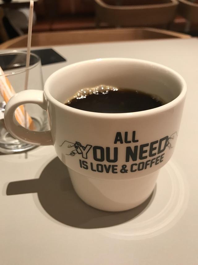 コーヒーを飲んでしばし休憩。マグカップのデザインもシンプルでいい感じ