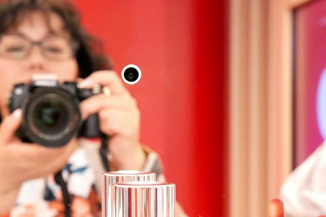 顔認証の秘密は鏡の中のカメラにありました