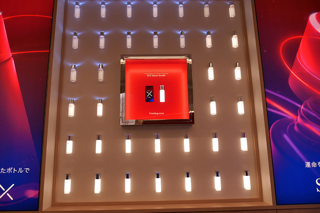キャップが光るスマートボトルの展示も