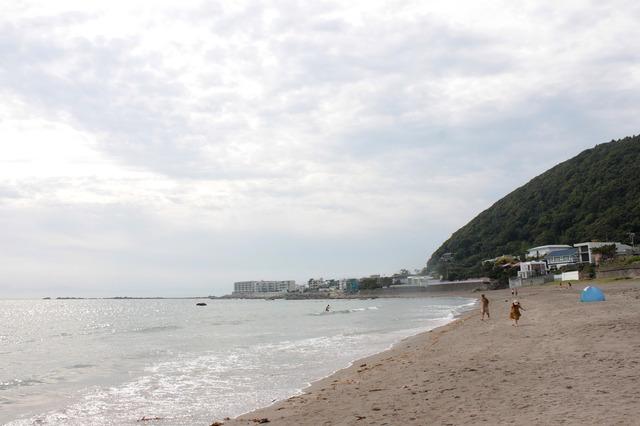 どーん! 三浦半島は一色海岸までやってきました! 海開き前の海岸はパドルサーフィンをやっている人がチラホラ。いい日和で夏前なのにアッツい!