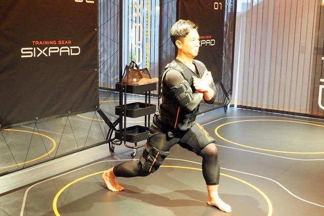 EMSフルボディスーツに身を包み、トレーニングに臨む参加者。わずか15分のプログラムなのに、全身がヘトヘトになるほど身体には負荷がかかっている
