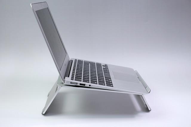 ノートパソコンスタンドを使うと、これくらい立ち上がります