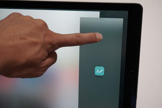 後から追加したアプリの画面のトップから下に向かってドラッグする